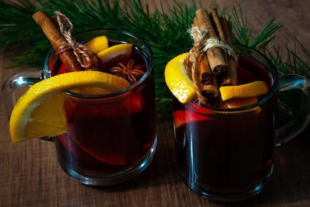 クリスマス休暇の背景にガラスのマグカップで香りのよいホットホットワイン。