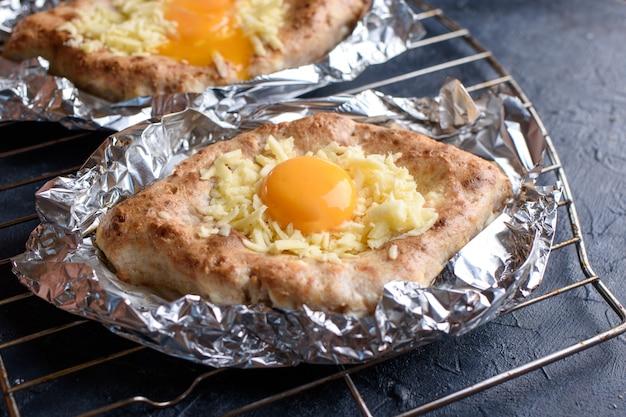 香ばしいハチャプリと全粒粉とカッテージチーズ、スルギニエッグチーズ。