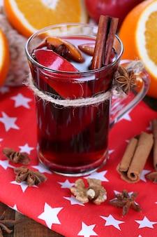 ナプキンのクローズアップにグラスで香りのよいグリューワイン