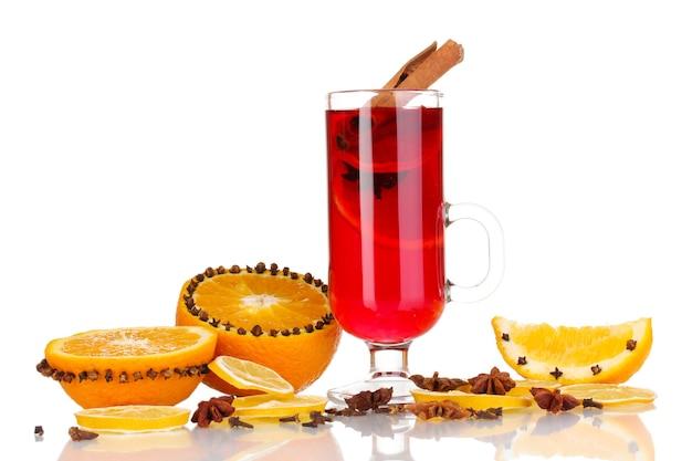 香辛料とオレンジが白で隔離されたガラスの香りのグリューワイン