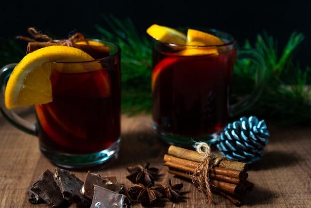 クリスマスツリーに香ばしいグリューワイン、スパイス、みかん