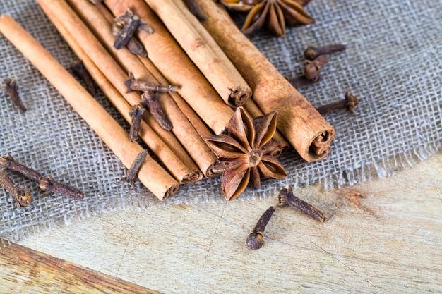 나무 껍질 계피의 향기로운 스틱