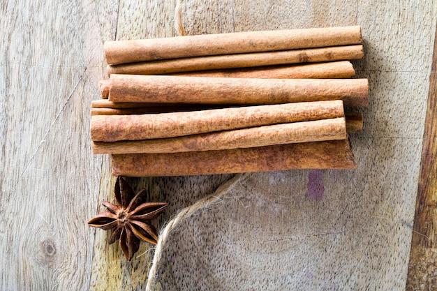 キッチンの場所に細いリネンロープで乾いたシナモン全体の香りのよいスティック