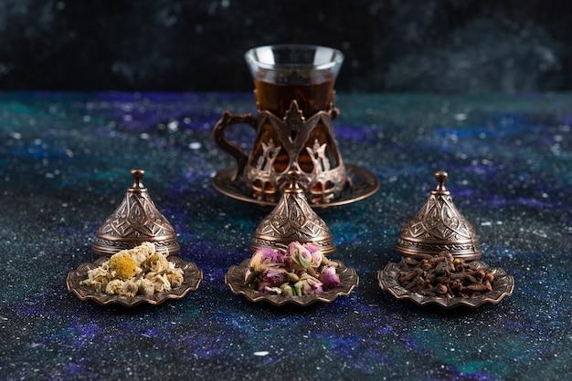 さまざまなハーブの背後にある香りのよいお茶