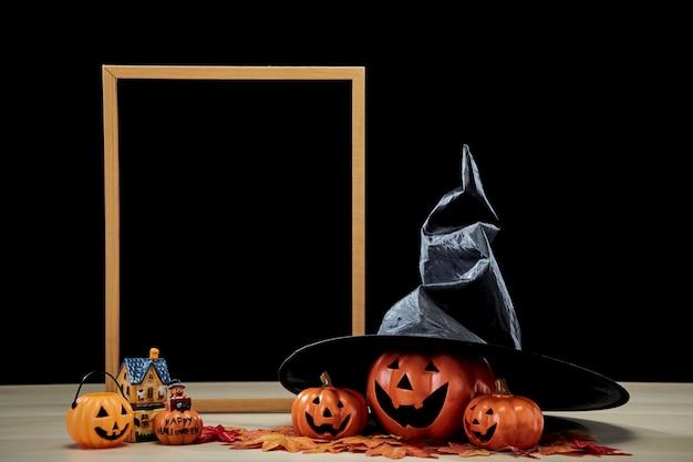 フレームとジャックoランタンハロウィーンの装飾カボチャと魔女の帽子