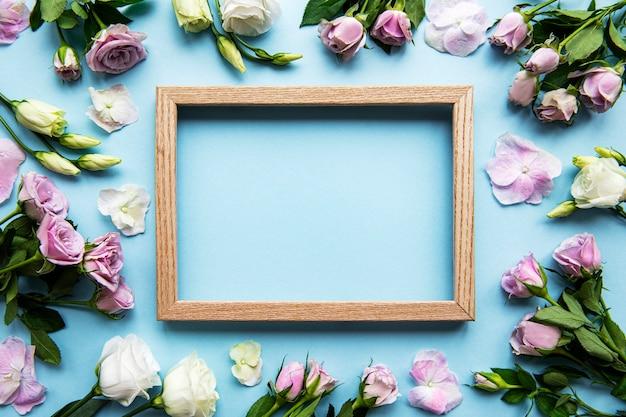 水色のフレームとピンクの花