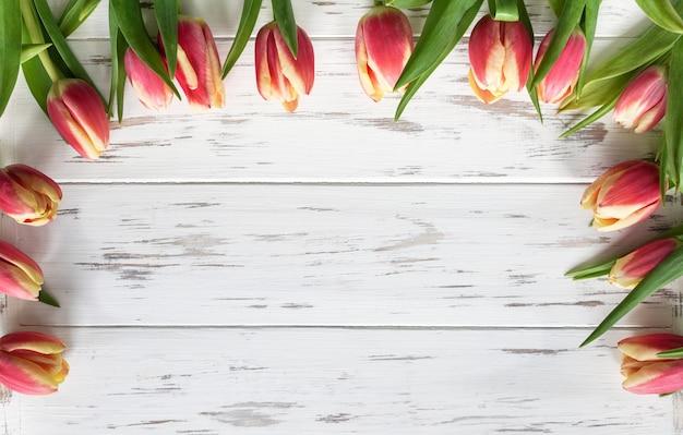 Рамка фон из розовых тюльпанов вид сверху с копией пространства