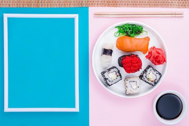 Рама рядом с тарелкой с суши