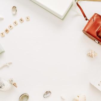 사진 앨범, 레트로 카메라, 흰색 표면에 새 조각으로 여행 스타일 구성의 프레임 테두리