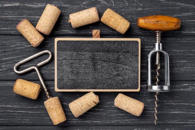 Cornice di cavatappi e tappi per vino