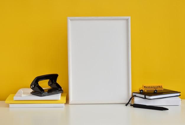 アートワーク、黄色の壁、オフィスまたは学校用品のフレーム。
