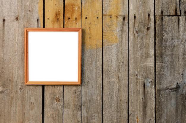 Рамка для фотографий на обветренной деревянной стене