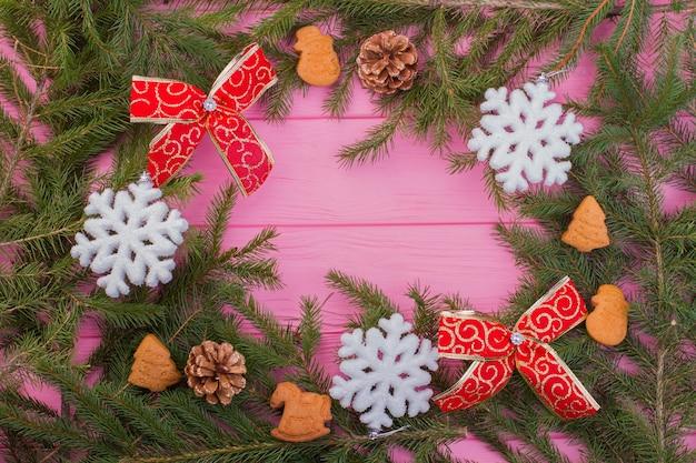 装飾が施されたクリスマスツリーの枝からのフレーム。