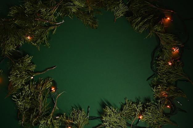Кадр из вечнозеленых веток и рождественских огней