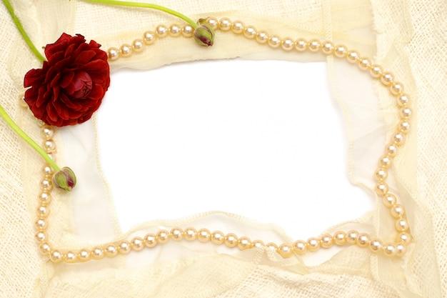 花、真珠、白いレースのフレーム