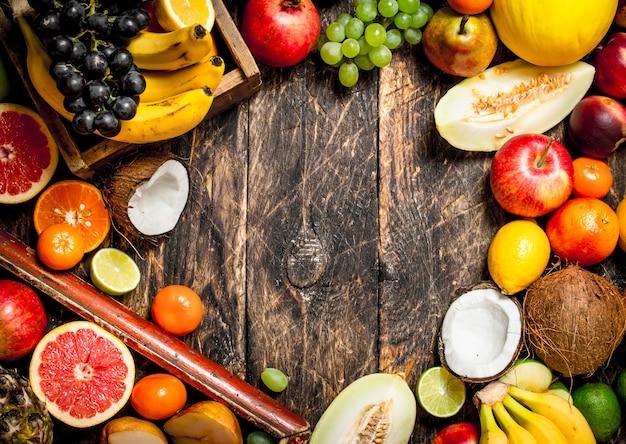 新鮮な果物からのフレーム。木製の背景に。