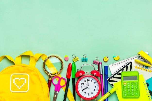 事務用品のフレームペーパークリップはさみペンフェルトチップペン鉛筆削りバックパック計算機