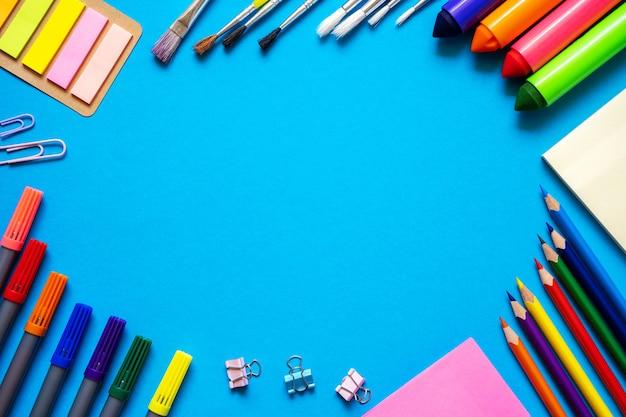 학교 사무실의 프레임은 다채로운 연필 펠트 펜 브러쉬 스티커와 편지지 플랫을 제공합니다.