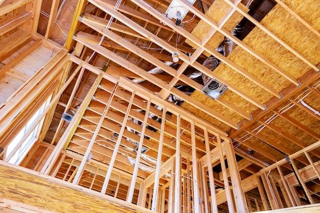 Крыша каркасного дома мансарды строящегося незавершенного каркаса деревянных балок