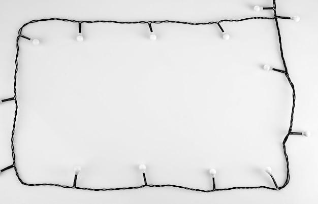 Рама сделана рождественская гирлянда на белом фоне