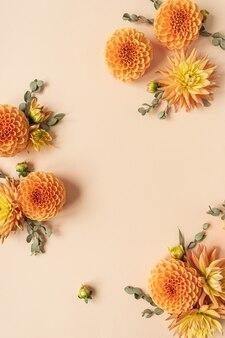 복숭아 파스텔에 아름다운 생강 달리아 꽃 봉오리로 만든 프레임. 빈 복사본 공간 템플릿