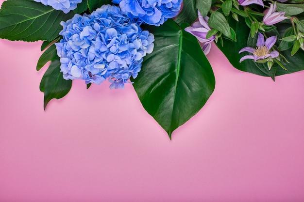 バラのスペースに青いアジサイと緑の葉で作られたフレーム。フラット横たわっていた、トップビュー。ウェディングスペース