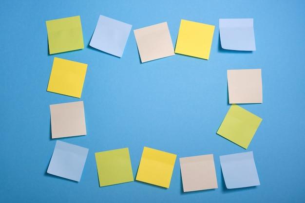 파란색 배경, 선택적 초점에 밝은 색된 스티커 메모로 만든 프레임