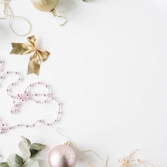クリスマスのガラス玉、見掛け倒し、弓、ユーカリとクリスマスの装飾で作られたフレーム。