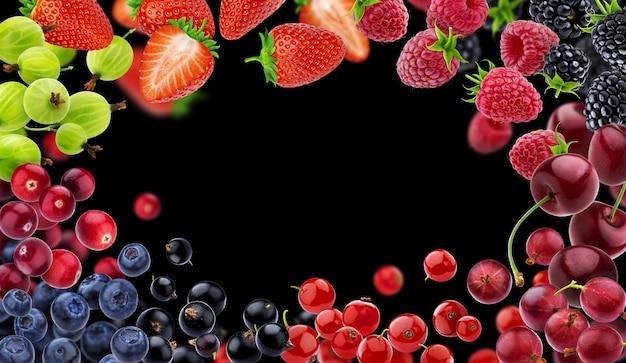 Рама изготовлена из разных летающих лесных ягод на черном пространстве