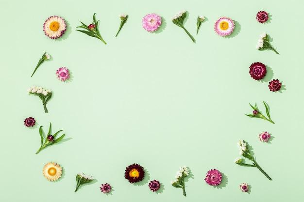 말린 된 화려한 꽃으로 만든 프레임