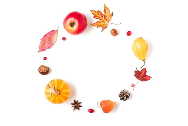 紅葉、カボチャ、花、ベリー、ナッツで作られたフレーム