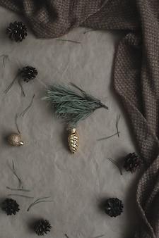 Рамка из шишек и елочные игрушки на фоне крафт-бумаги рождество зима новинка ...