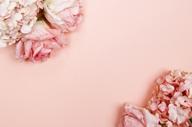 ピンクとベージュのバラのフレーム、ピンクの背景の紫陽花。