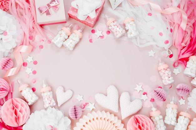 ベビーシャワーパーティーのためのピンクと白の紙の装飾で作られたフレーム。女の子です。フラットレイ、上面図