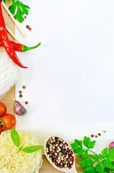 ビーフン、トマト、コショウ、パセリ、バジル、ニンニクで作られたフレーム、解任の白い紙