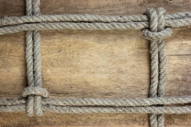 Рама из веревки на деревянном пространстве