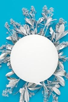 中央に白い円が描かれた銀の花で作られたフレーム