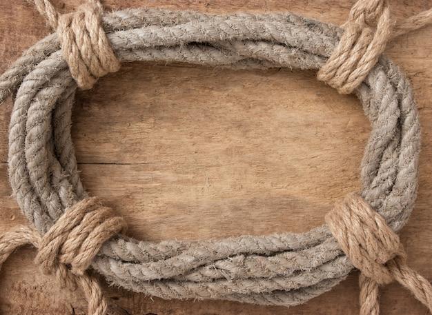 Каркас из витой веревки на деревянном фоне