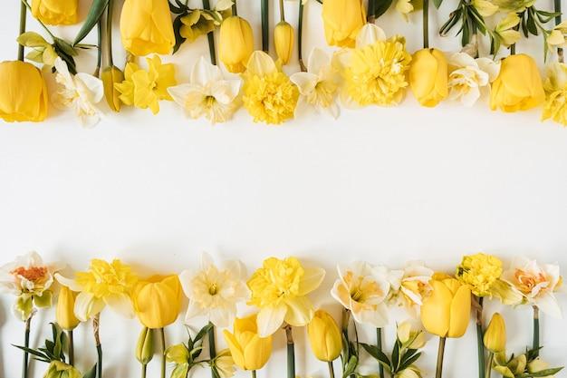 흰색에 노란색 수선화와 튤립 꽃으로 만든 프레임