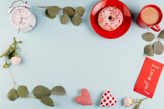 Cornice fatta di decorazioni di san valentino in composizione