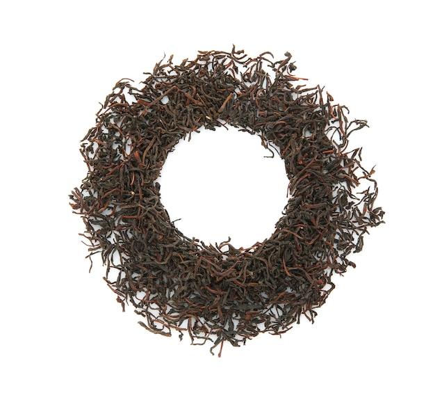 白い背景の上の乾燥したお茶で作られたフレーム