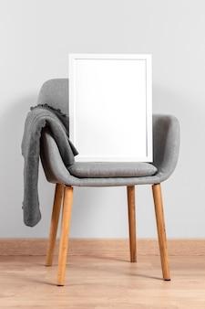 椅子の横にあるフレームのモックアップ