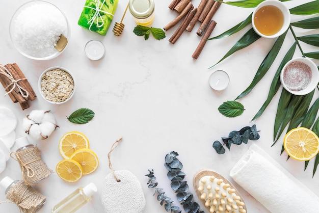 Cornice di cosmetici naturali sulla scrivania