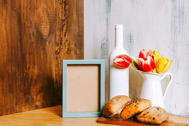 Cornice vicino panini e fiori