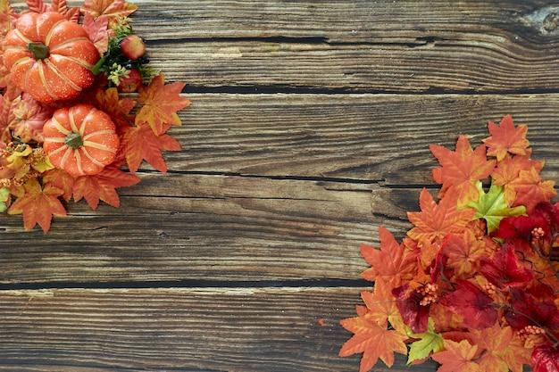 Рамка из осенних листьев и тыкв старый деревянный фон с копией пространства