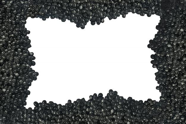 白い背景に分離された黒いキャビアのフレーム。上面図