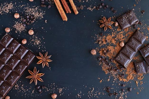 달콤한 음식을 요리하기위한 향신료 재료가 들어간 초콜릿 바와 조각의 프레임