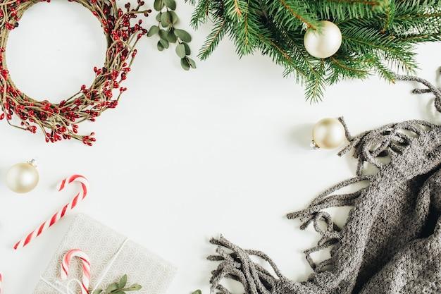 크리스마스 장식의 프레임 : 화 환, 사탕, 담요, 흰색 표면에 유칼립투스. 평면 위치, 평면도