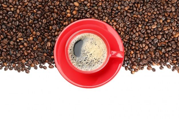 コーヒー豆と白、トップビューで分離されたコーヒーのカップのフレーム