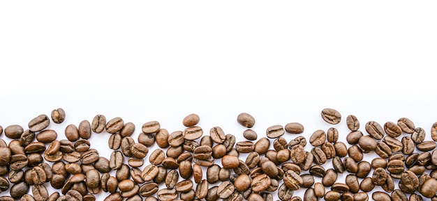 Кадр из кофейных зерен на белом фоне